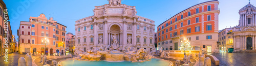 Fontanna di Trevi oświetlona nocą w sercu Rzymu