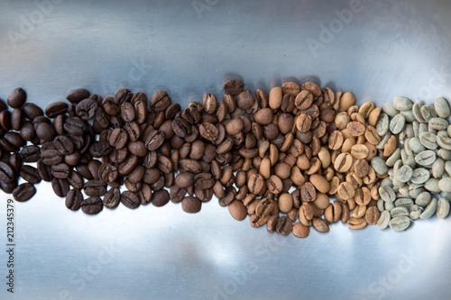 Fotobehang Koffiebonen dal caffè crudo passando per tutti i gradi di tostatura con le varie sfumature di colore