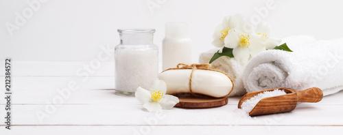 Ustawienie Spa i elementy opieki zdrowotnej, aromatyczne mydło jaśmin, olej ciała, sól do kąpieli, mleko, kamienie do masażu i ręczniki, na desce