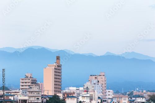 Fotobehang Wit 神奈川県厚木市・相模川から見る夜明け前の大山と街並み