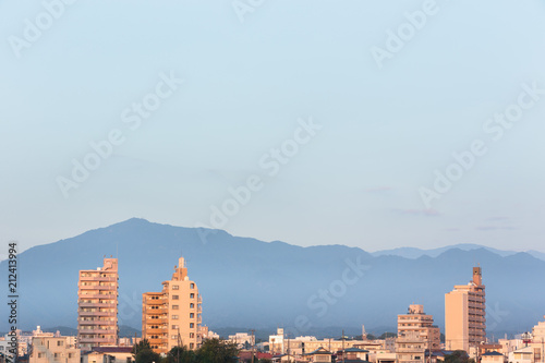 Fotobehang Lichtblauw 神奈川県厚木市・相模川から見る夜明け前の大山と街並み
