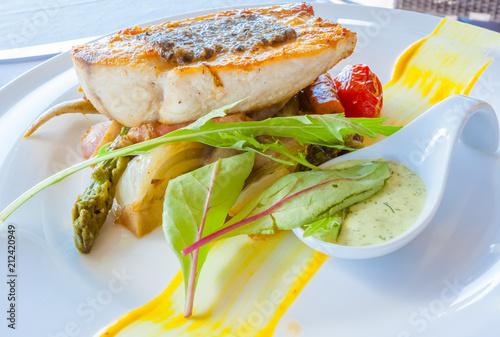 pavé de poisson sur lit de légumes  - 212420949