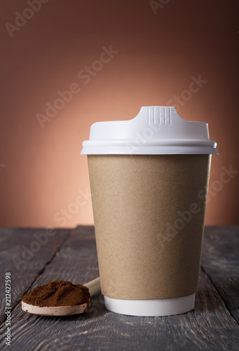 Aluminium Koffiebonen Special container for take-away coffee, ground coffee into spoon on table