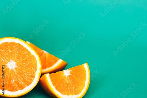 Pomarańczowi plasterki na zielonym tle z przestrzenią dla teksta.