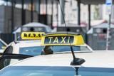 Taxi Schild auf einem Taxi, Deutschland - 212453321