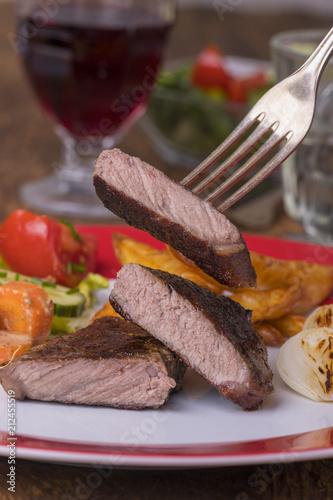 Aluminium Steakhouse Gegrilltes Steak auf einem Teller mit Wein