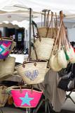 vente de sacs sur un marché - 212466934