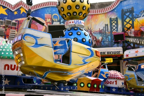 Canvas Amusementspark Fahrgeschäft auf einem Jahrmarkt