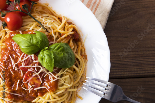 spaghetti bolognese with tomato sauce, cheese and basil - 212516931