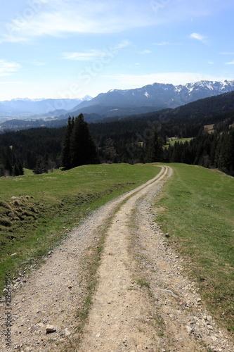 Wanderweg in den bayerischen Bergen - 212540956