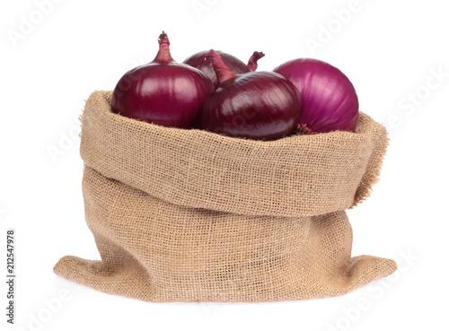 świeży purpurowa cebula w burlap worku odizolowywającym na białym tle