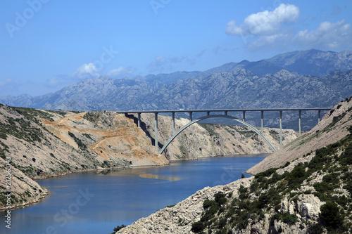 Brücke Maslenica mit Karstlandschaft und Velebit Gebirge, Kroatien, Europa - 212563143