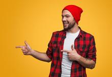 "Постер, картина, фотообои ""Cheerful man pointing left"""