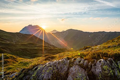 Plexiglas Zonsopgang Sonnenaufgang im Sommer am Berg