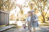 Kinder in Vintagekleidung sind glücklich - 212621143