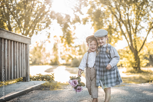 Foto Murales Kinder in Vintagekleidung sind glücklich