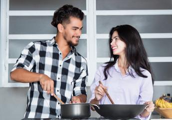Junges Paar kocht gemeinsam