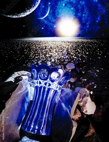 Aluminium Heelal Kryształowy wazon na kamieniu na brzegu morza w kosmosie