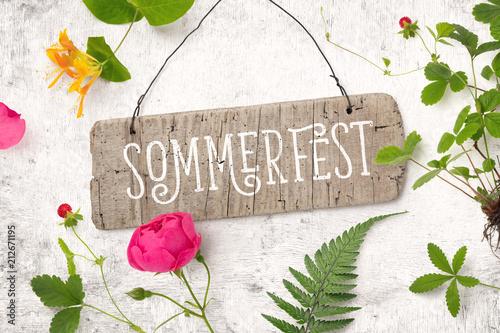 Leinwanddruck Bild Sommerfest - Einladung / Karte mit Holzschild und verschiedenen Pflanzen (Erdbeerstaude, Rose, Farn, Geißblatt) auf einem rustikalen weißen Holz Hintergrund, top view