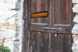 Eine alte Tür und ein Schild Ferienhaus - 212699762