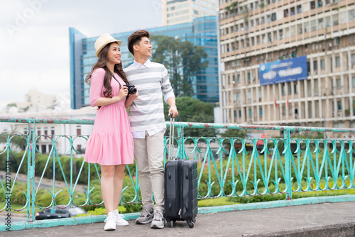 Fototapeta Happy Young Man And Beautiful Smiling Woman Traveling And Sightseeing City Attrcations. High Quality Image.