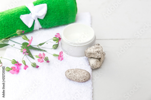 Kosmetyki spa uroda na biały marmur tabeli z góry. Skopiuj miejsce. Flatlay. słoik śmietany, liści, kwiatów i ręcznik na drewnianym tle