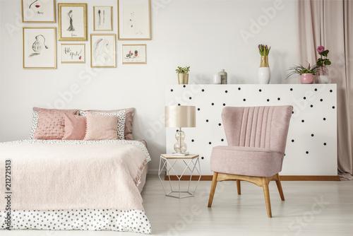 Różowy elegancki wnętrze sypialni