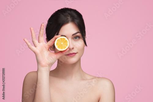 Kobieta z pomarańczowym plasterkiem w studiu
