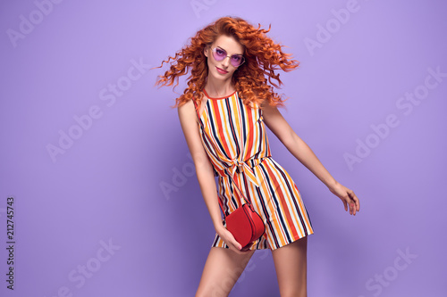 Fasonuje kobiety ono Uśmiecha się w lato stroju na purpurach