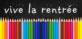 Vive la rentrée écrit sur un tableau noir, crayons de couleur alignés. Rentrée scolaire - 212751105