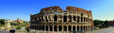 beeindruckendes Panoramabild des Kolosseums in Rom vor strahlend blauem Himmel - 212756302