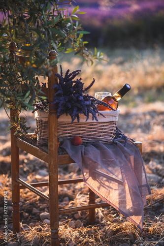 Fotobehang Lavendel Pique-Nique au Sunset dans un champs de Lavande à Valensole, Provence, avec du Vin Rosé
