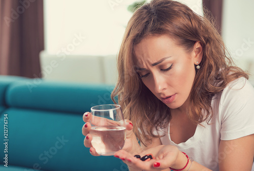 podkreślił przygnębiony atrakcyjne młoda kobieta z pastylki przeciwbólowe i szklankę wody