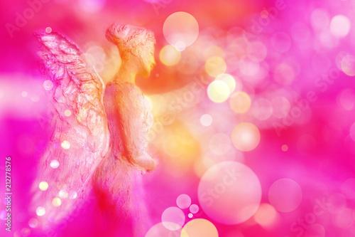 Engel entsendet aus seinem Herzen Licht in energievolle magentafarbene Sphäre - 212778576