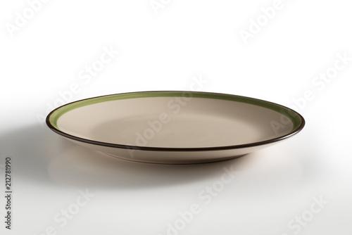 Beżowy okrągły talerz z zieloną i brązową obwódką