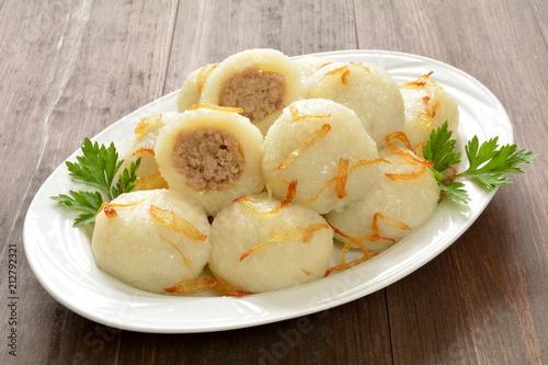 pyzy z mięsem i smażoną cebulą - 212792321