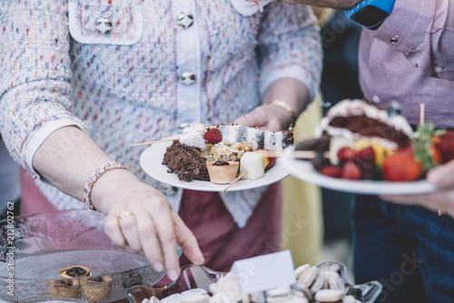 Wyświetlanie słodkich deserów na uroczystości.
