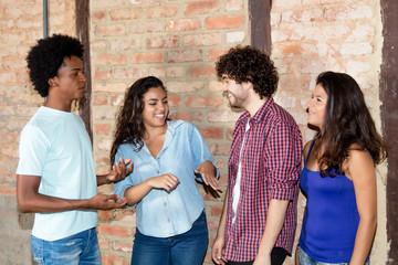 Gruppe internationaler junger Leute im Gespräch