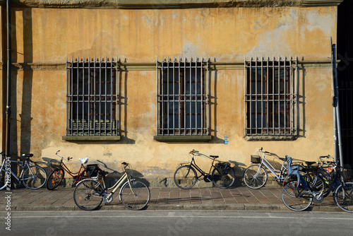 Aluminium Fiets Bikes by old building