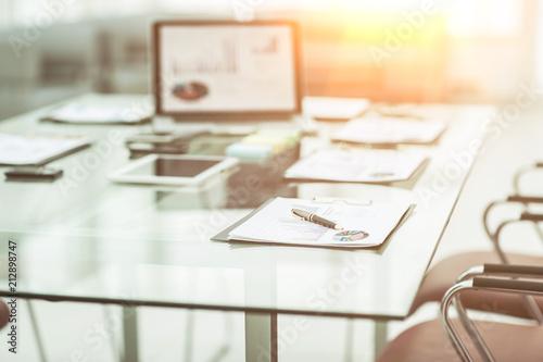 miejsce pracy z laptopem i dokumenty robocze dla zespołu biznesowego w nowoczesnym biurze