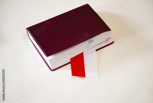 Książka Bordeaux, w której leży flaga Polski