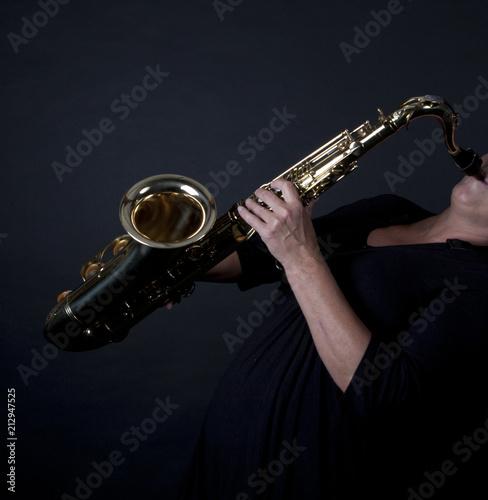 Enthousiast wordt de axofoon bespeeld  - 212947525