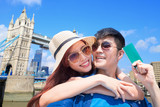 couple travel to london - 212981377