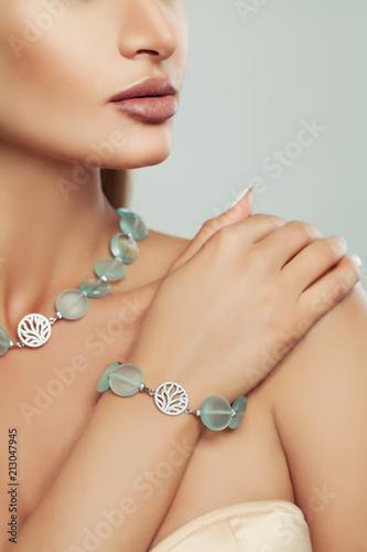 Srebrna bransoletka i naszyjnik z półszlachetnymi kamieniami na kobiecym ciele