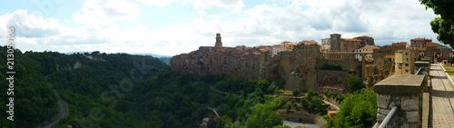 Obraz na płótnie Pitigliano View from the edge of town