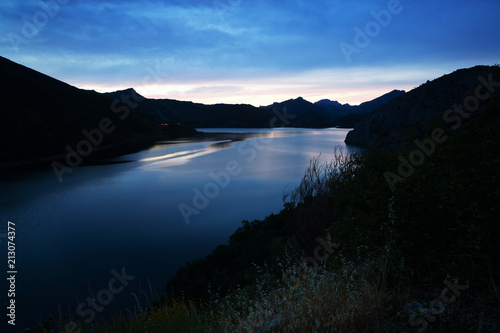 Foto Spatwand Bergrivier mountains reservoir in summer evening