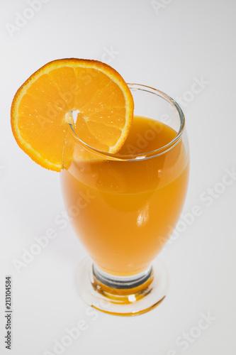 Szklanka soku z mango z plasterek pomarańczy. Pojedynczo na białym tle.