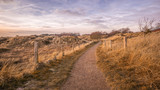 Einsamer Wanderweg mit Himmel und Zaun - 213132309