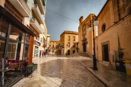 Aluminium Smalle straatjes Mazara, Küstenort im Süden von Sizilien im Sommer