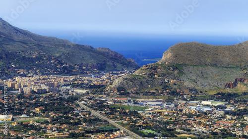 sizilianische Hügellandschaft im Frühjahr - 213137149